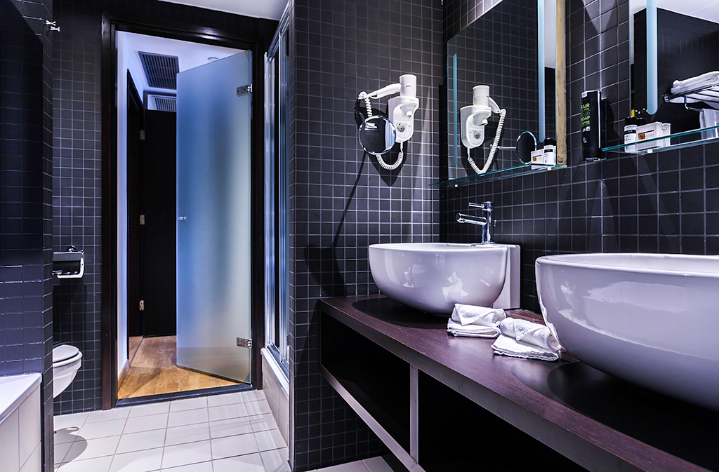 Dutch design hotel artemis amsterdam bathroom of the for 4 design hotel artemis